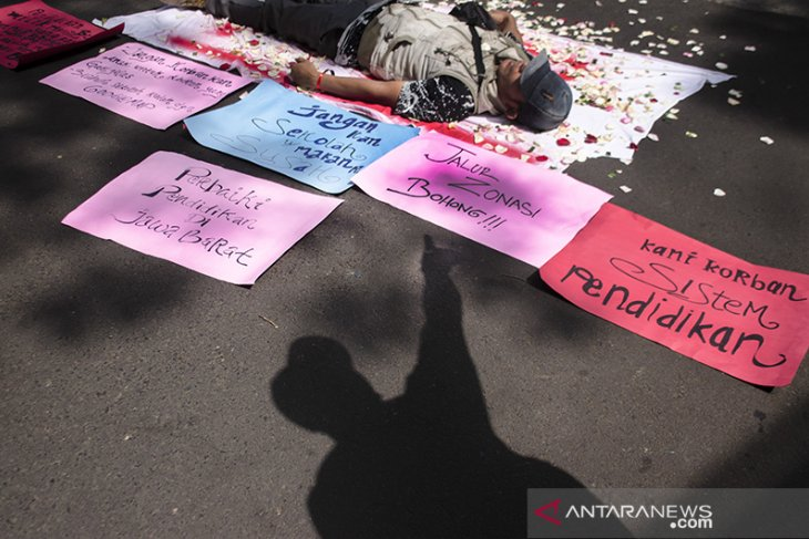 Unjuk rasa permasalahan PPDB di Bandung