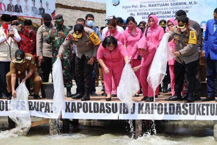 Kapolda Sumut  tabur sepuluh ribu bibit ikan di Batubara