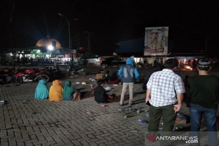 Aksi demonstrasi penolakan TKA jadi tontonan warga Desa Ambaipua