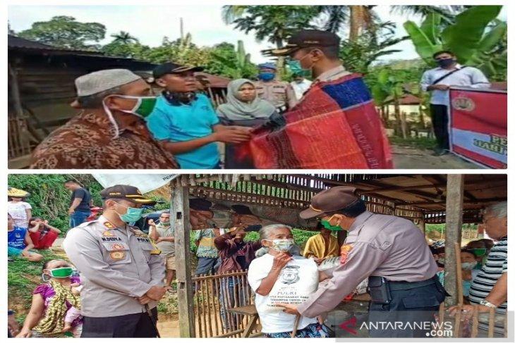 Kapolres Tapteng antarkan langsung bantuan sembako untuk lansia di Aek Lobu