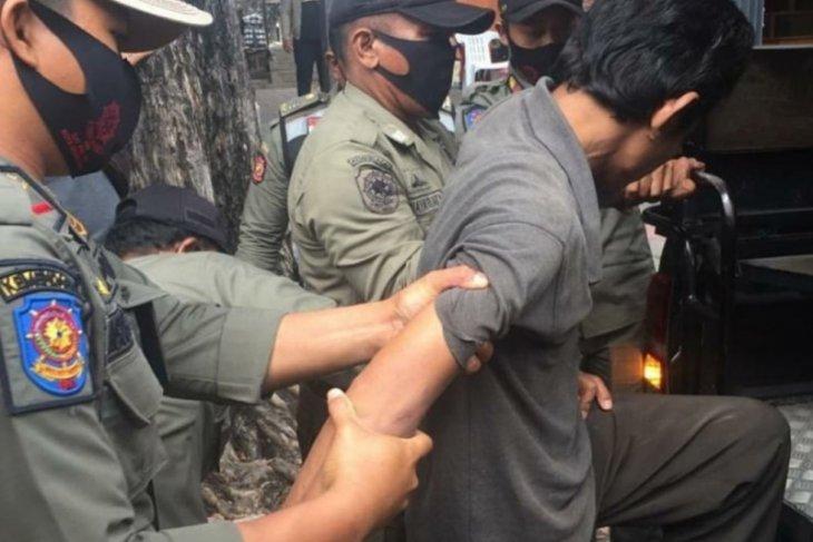 Satpol PP Denpasar tertibkan ODGJ bawa senjata tajam