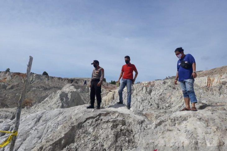 Kemarin, enam penambang timah beserta alat berat tertimbun tebing tambang
