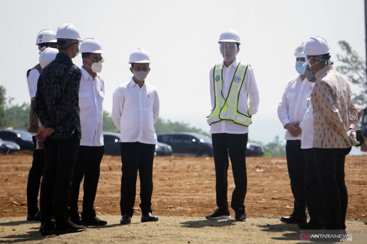 President Jokowi observes rice harvesting activities in Indramayu