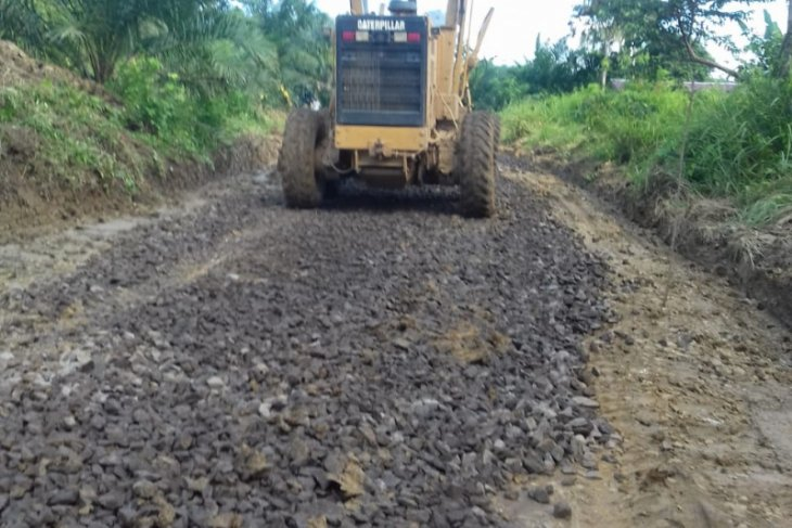 Legislator libatkan perusahaan perbaiki jalan