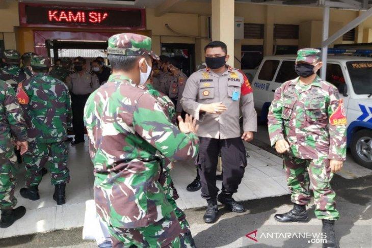 HUT Bhayangkara Ke 74, Danramil berikan nasi tumpeng ke Kapolsek Banteng
