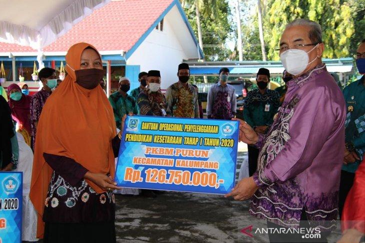 Pemkab HSS kembali serahkan bantuan peningkatan mutu pendidikan di lima Kecamatan