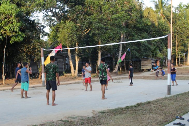 Bermain bola volly ajang kedekatan Satgas TMMD dan remaja Desa Beringin Rayo
