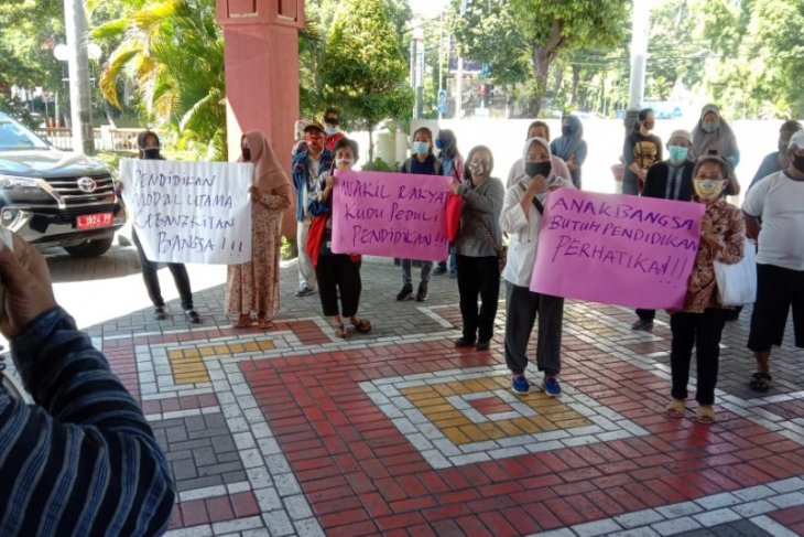 Datangi DPRD, puluhan wali murid di Surabaya tolak PPDB jalur zonasi