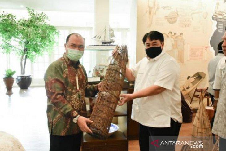 Gubernur Babel serahkan hasil kerajinan tradisional ke Tins Gallery