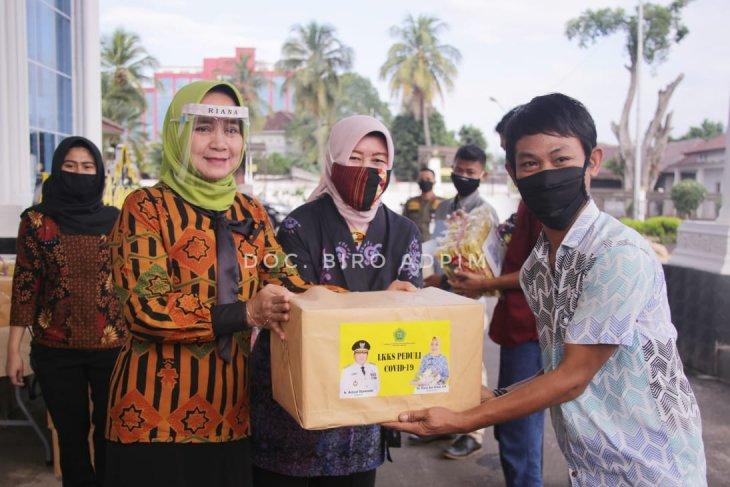 Ketua LKKS Lampung Riana Sari Arinal bagikan sembako untuk korban napza