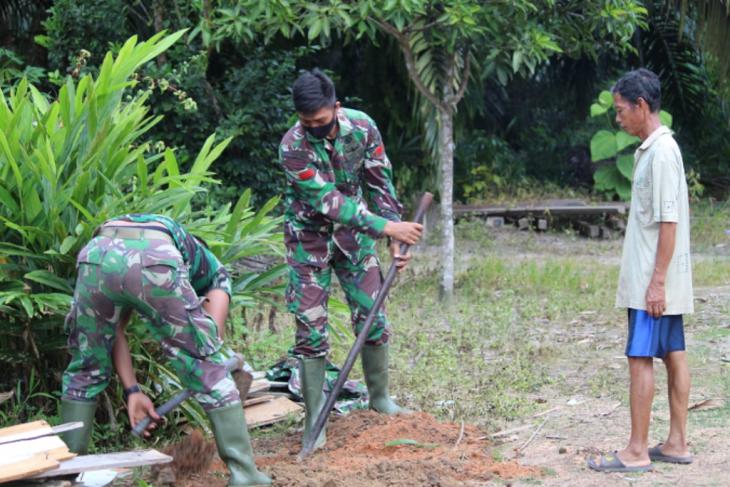 Personel TMMD manfaatkan waktu luang bantu warga Desa Beringin Rayo