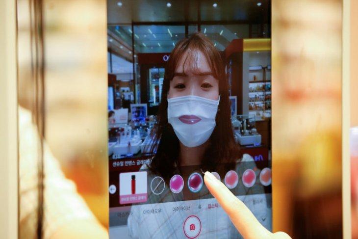 Belanja kosmetik tanpa takut virus corona dengan cermin canggih