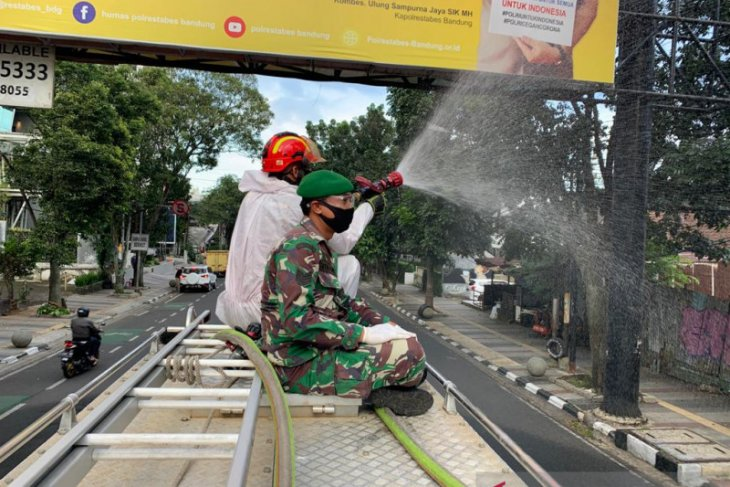 Empat pedagang positif COVID-19, pasar di Bandung disemprot disinfektan