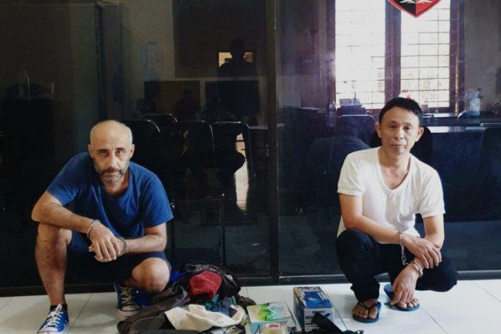 Polda Bali tangkap dua pencuri data kartu ATM di Badung