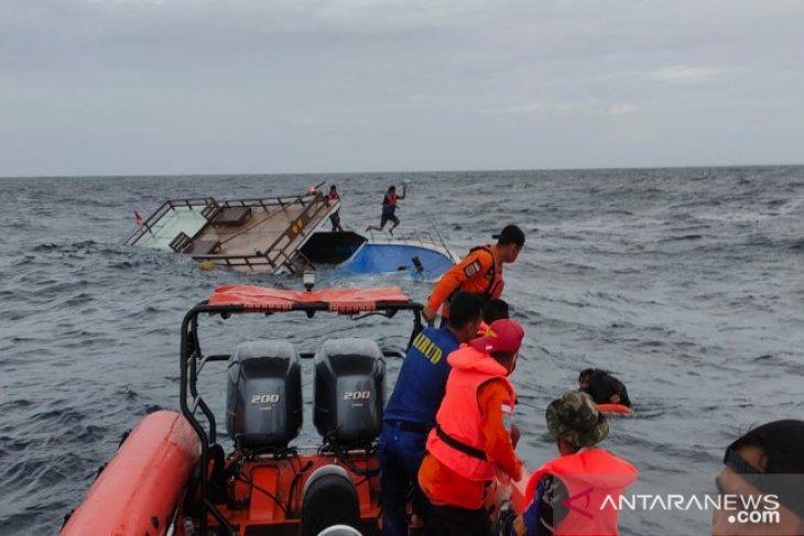 Lima penumpang kapal mati mesin di perairan Buton dievakuasi SAR
