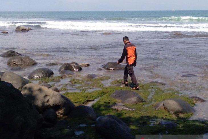 Tim SAR menyisir darat dan laut cari wisatawan tenggelam di Pantai Karangpapak