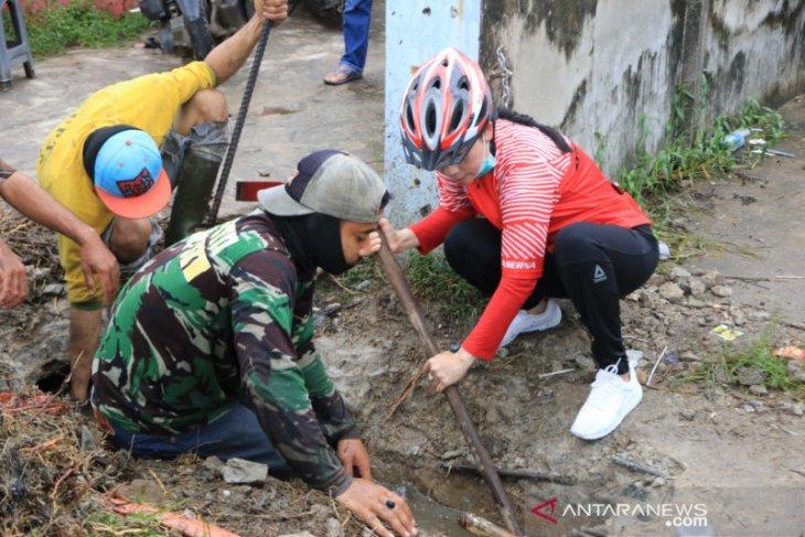 Wali Kota Singkawang turun langsung bersihkan drainase cegah banjir