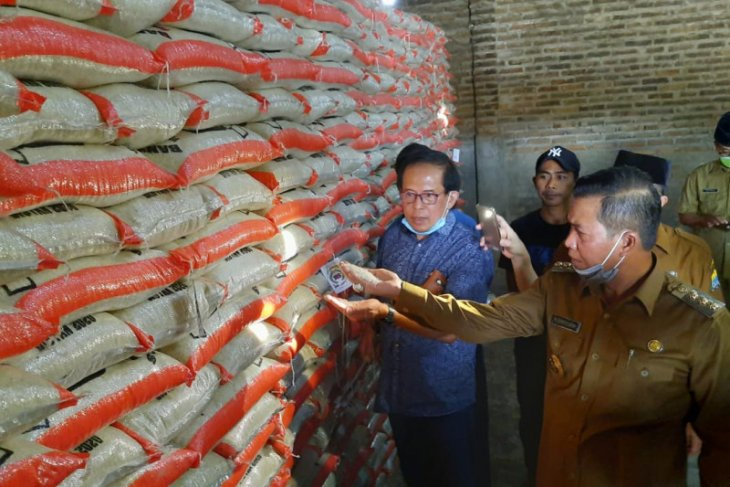 Pemkot Serang salurkan 225 ton beras pada warga terdampak COVID-19