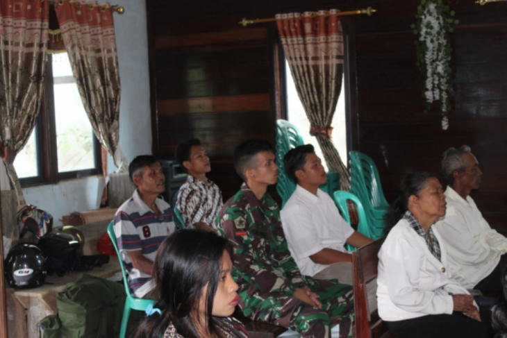 Anggota TMMD bersama warga beribadah di Gereja Pante Kosta