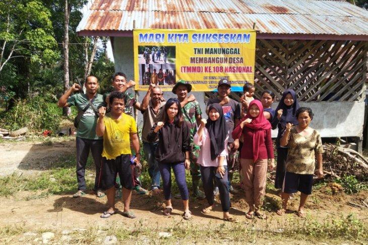 Pasang Banner semarakan TMMD Kodim 1202/Skw di Tumbang Titik