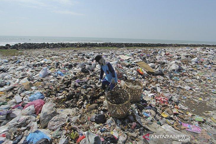 Pembuangan sampah di pantai