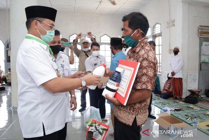 Gubernur Erzaldi Kembali Beri Bantuan Bibit Lada di Desa Bedengung