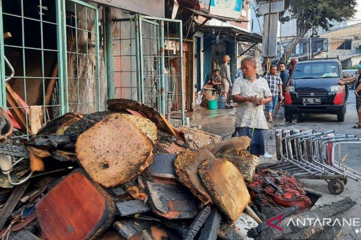 Rumah Ketua RT dan RW di Jalan Minangkabau, Pasar Manggis ikut terbakar