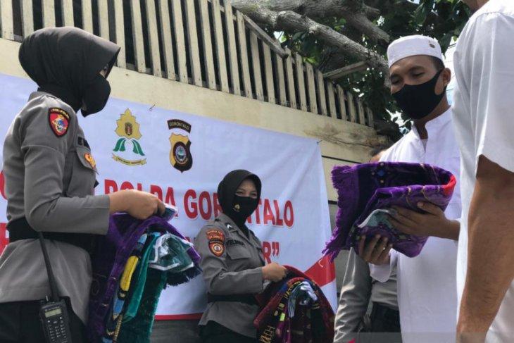 Polwan Polda Gorontalo bagi bantuan kepada korban banjir