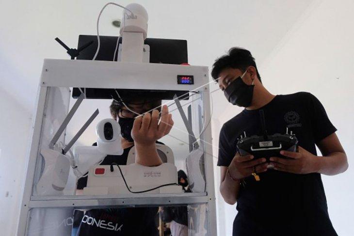 Uji coba robot pembantu medis menangani COVID-19