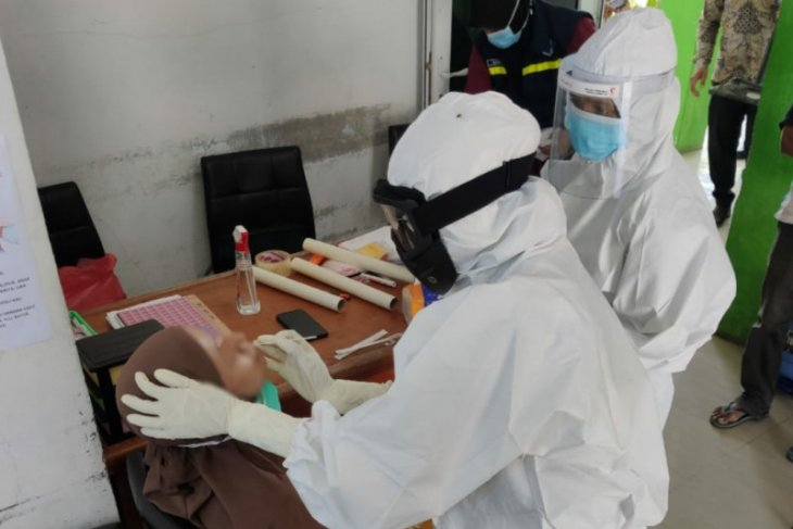 Seorang warga Aceh Jaya dinyatakan positif COVID-19, tim medis Swab sejumlah kerabat dekat