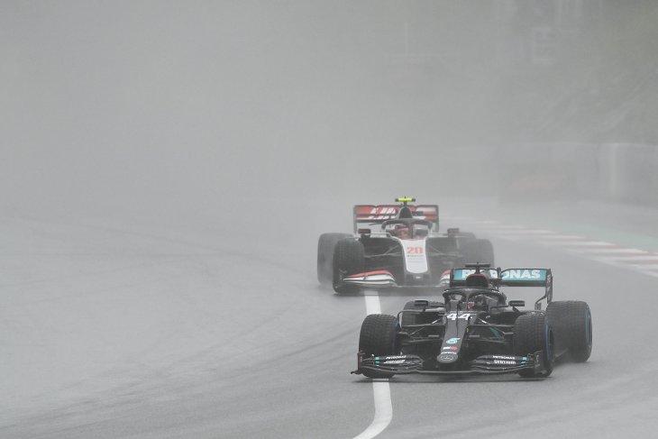 Ditengah hujan lebat di kualifikasi, Hamilton rebut pole position GP Styria