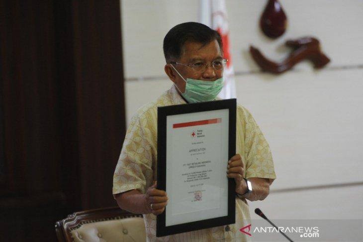UNIQLO Indonesia mendonasikan 10,000 kaos AIRism UV Protection kepada PMI (video)
