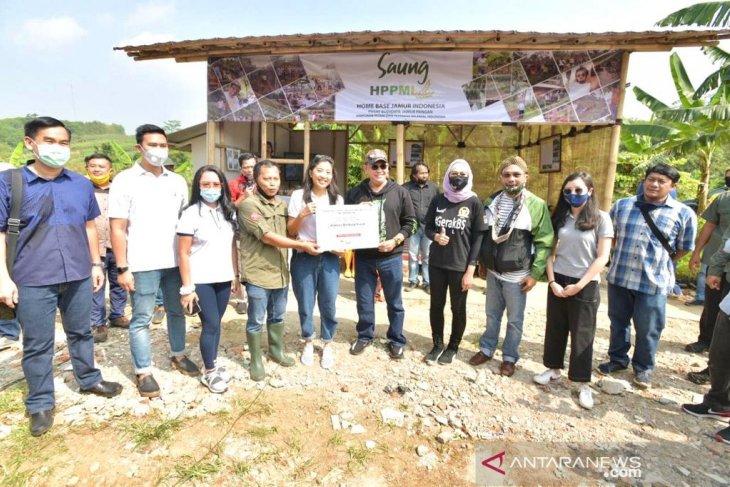 Ketua MPR Bamsoet salurkan bantuan Rp 400 juta pada produsen jamur di Indonesia