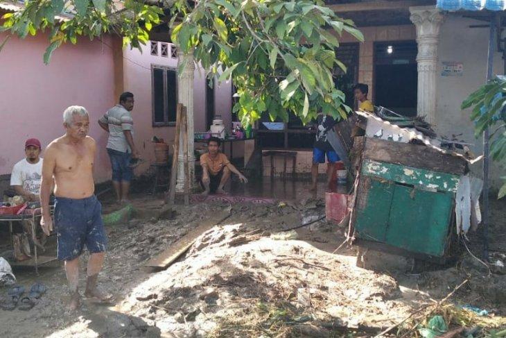 Warga korban banjir aksi bersih rumah, BPBD temukan korban tewas terseret