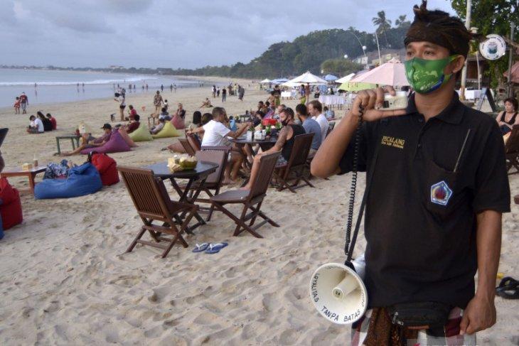 Pecalang Jimbaran-Bali awasi protokol kesehatan pengunjung pantai