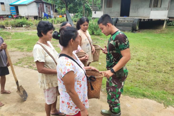 Ibu-ibu desa Beringin Rayo bagikan buah segar