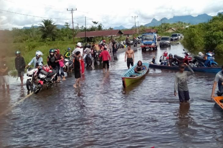 Jalan nasional Pontianak - Putussibau di Kapuas Hulu terendam banjir