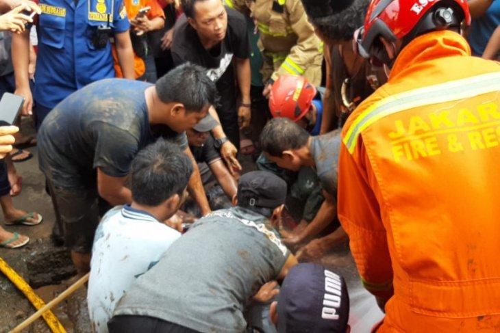 Damkar  evakuasi lansia tewas tercebur di