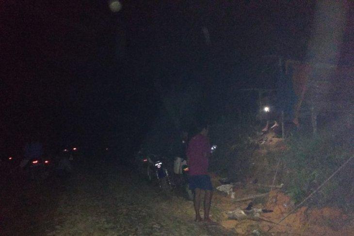 Anggota TMMD 108 terpaksa cari sinyal ke atas bukit