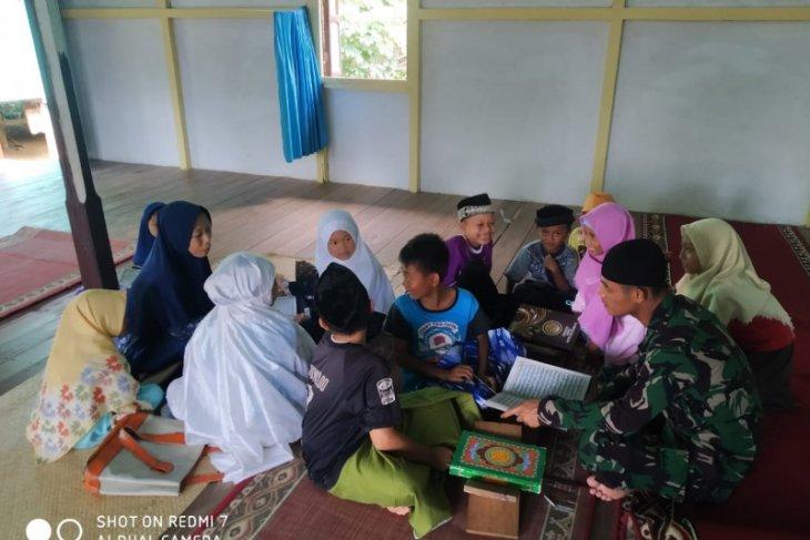 Satgas TMMD ke 108 mengajar anak mengaji di Desa Danti