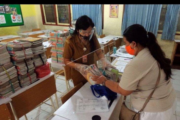 Pembagian buku tahun ajaran baru di Denpasar