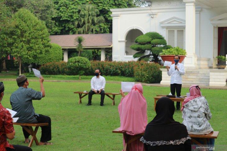 Presiden Jokowi serahkan bantuan modal kerja untuk usaha mikro dan kecil