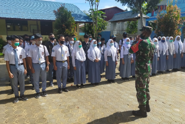 Anggota Satgas TMMD 108 sosialisasikan pendaftaran TNI