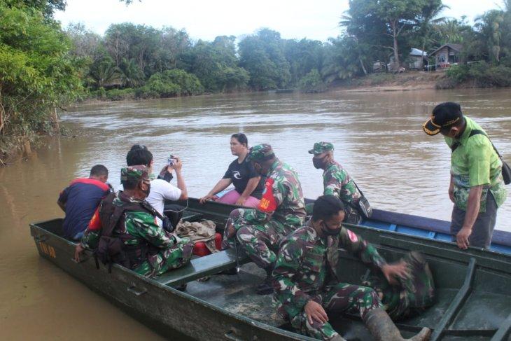 Dansatgas TMMD ke-108 kunjungi warga Danti mengunakan sampan