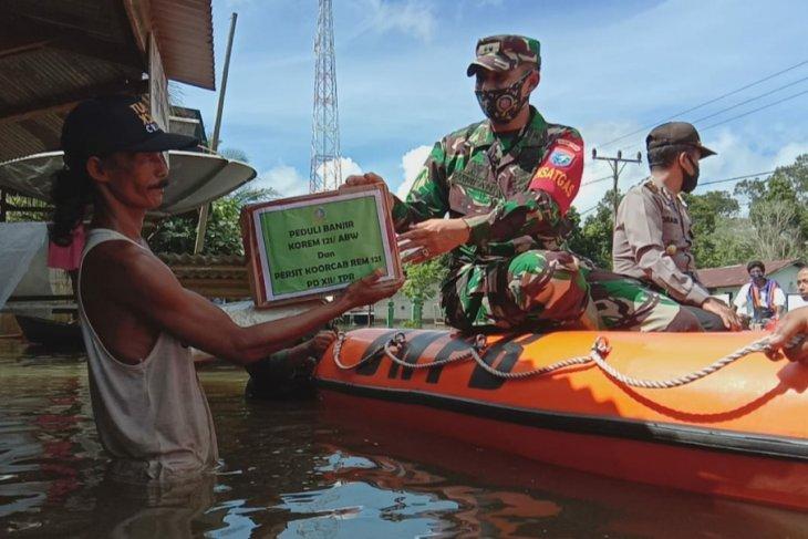 Korem 121/Abw dan Persit beri bantuan pada korban banjir di Ketapang