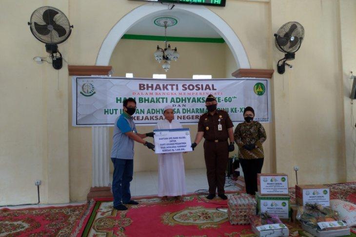 Bank Kalsel Cabang Rantau serahkan bantuan UPZ ke panti asuhan