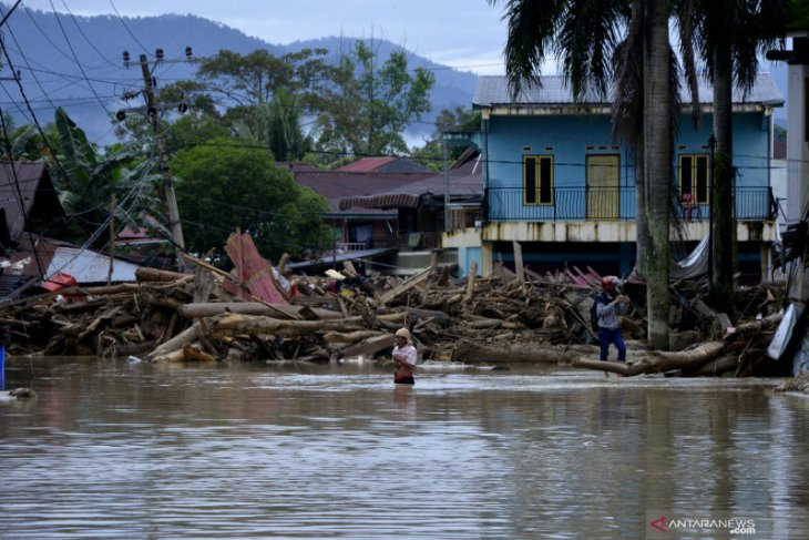 South Sulawesi's flash flood claims 16 lives, while 23 missing