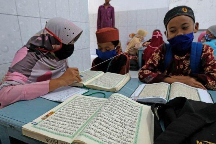 Santri belajar membaca Al Quran