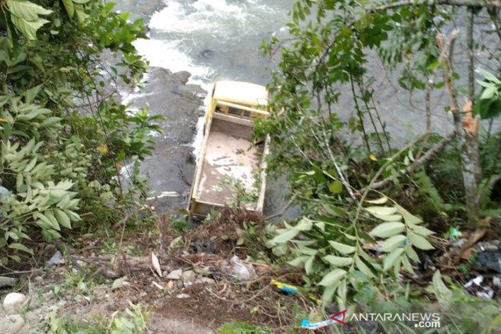 Truk terjun ke sungai di Bengkulu Tengah