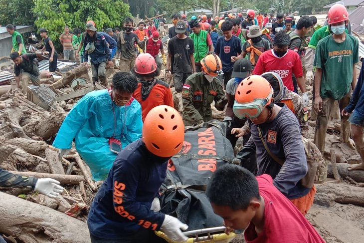 Pencarian korban banjir di Luwu Utara  berhasil temukan dua jenazah di bawah lumpur tebal